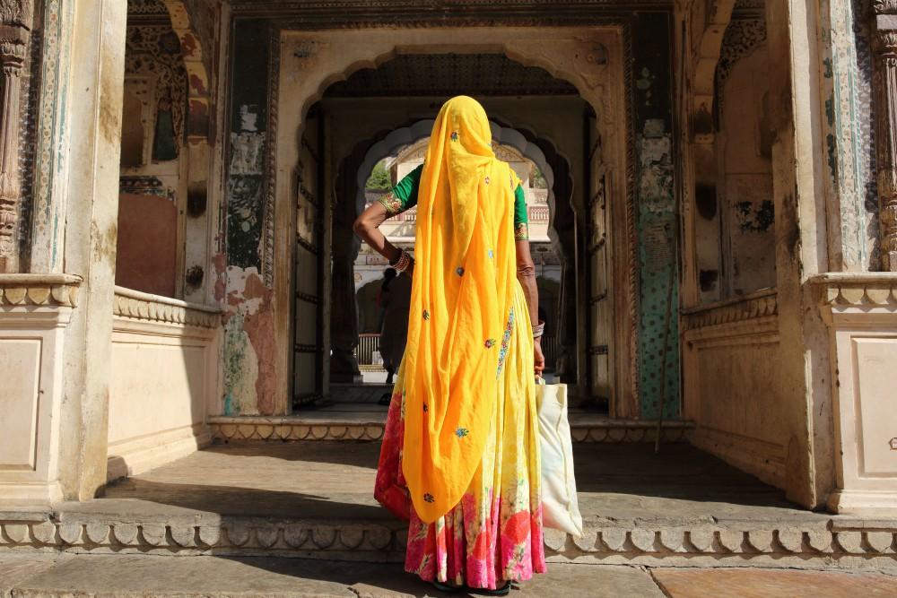 Tento článok je síce nasýtený žltým testosterónom, Bohov maličkosti, ktorí v snahe zapáčiť sa, sa snažia utkať si šaty zo slnečných lúčov, ale bez rúhania musíte uznať, že indické ženy v žltom sári vyzeraju úžasne aj keď nie je vidno do tváre...