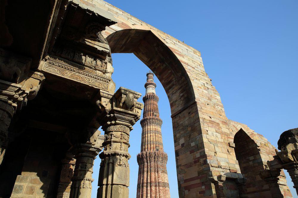 INDIA - ZLATÝ TROJUHOLÍK<br> DEŇ 2: DILLÍ <br> - Prílet do Dillí<br> - Transfér do hotela<br> - Qutub Minar<br> - Humayunová hrobka<br> - Lodiho záhrady<br>