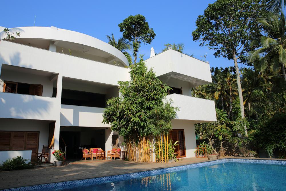 CLIFF VIEW AYURVEDA RETREAT<br>-<br>Cliff View Ayurveda Retreat,  situovaný na útesu nad pláží Chowara, má nádherný výhled na nekonečný modrý oceán a svěže zelené palmové háje. Otevřená bílá konstrukce hlavní budovy je ukrytá ve stínu palem, a také ochlazovaná svěžím vánkem, přicházejícím od vody z bazénu, který se nachází před budovou.