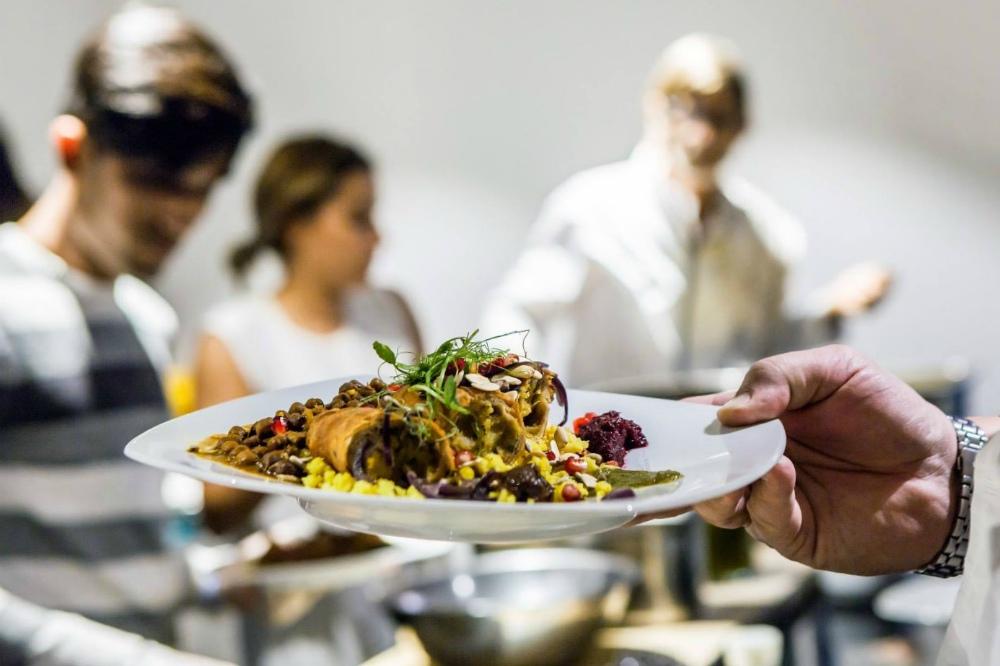 DO NOT WORRY, EAT CURRY! Podle ajurvédy je jídlo Annam Brahma (Jídlo je Bohem). Jídlo pro naši duši je i to co vidíme kolem sebe; emoce, které na nás působí; energie s jakou je jídlo připravované.