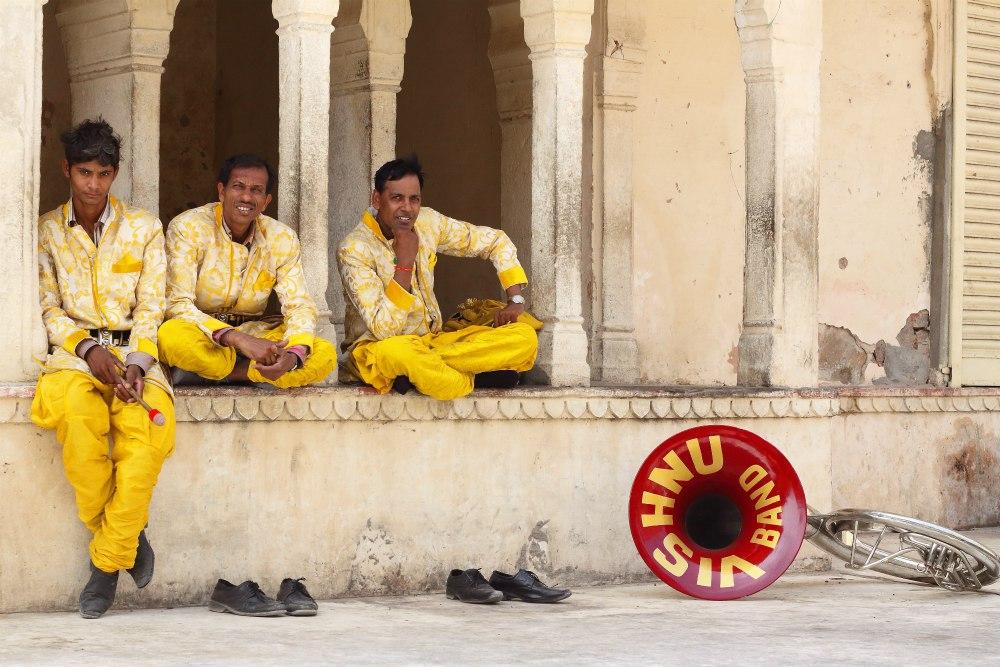 Boh Vishnu je Rock Star! Jeho vyznávači sa obliekajú do žltej farby, bubnujú a trúbia, aby ohlasili jeho príchod na zem!