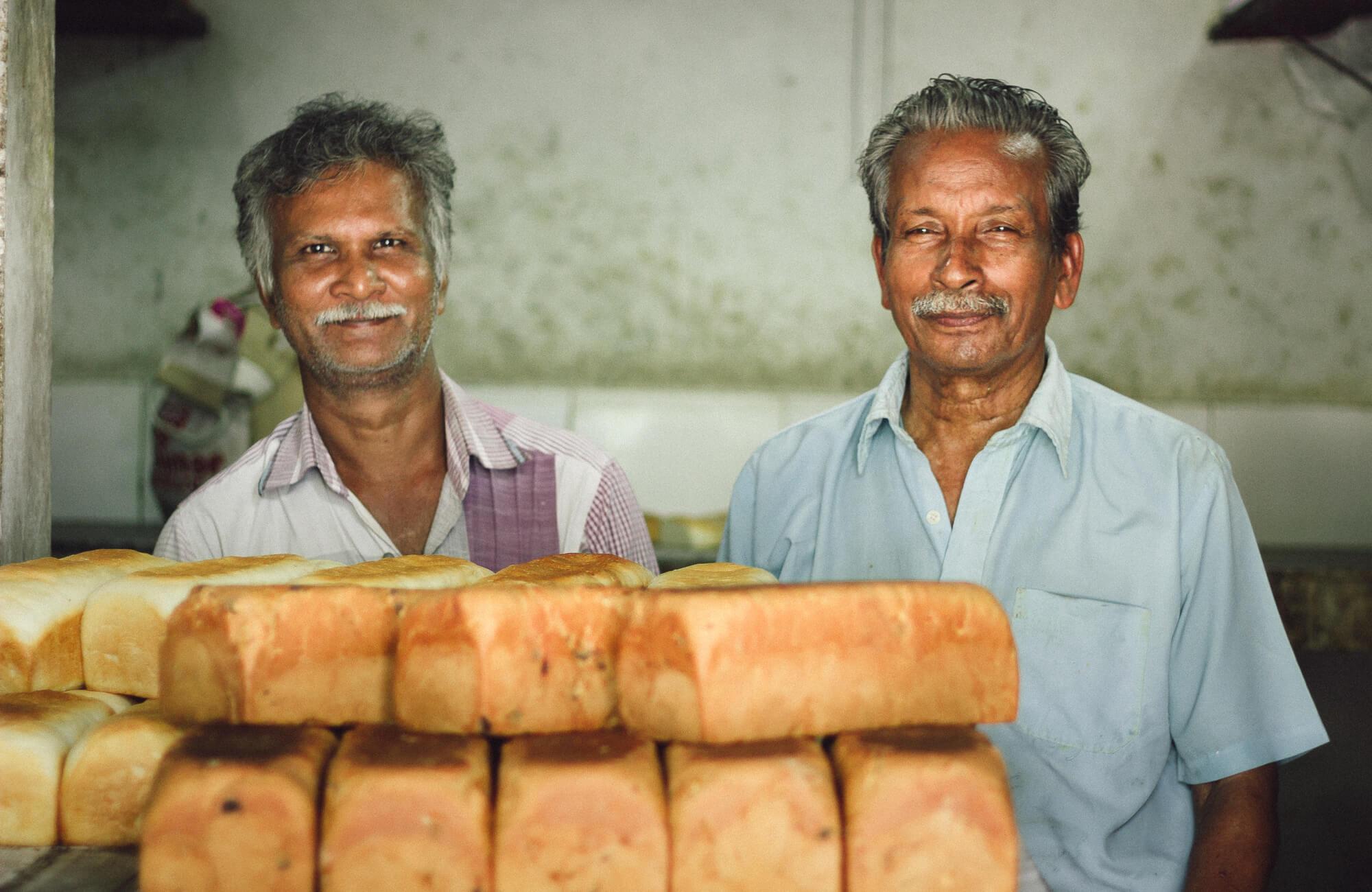 BREUDHER - PŘÍBĚH HOLANDSKÉHO CHLEBA<br>Výrobci breudheru v pekárně Quality Bakery s čerstvě upečenými bochníky.