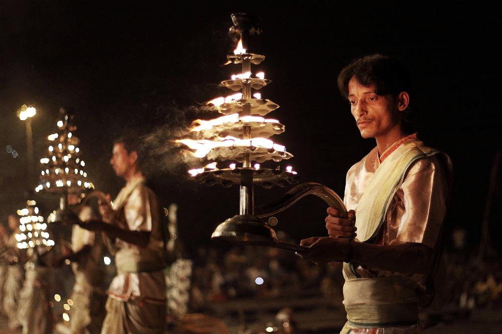 GRAND TOUR INDIOU<br> DEŇ 3: VARANASI <br> - Prelet Dillí - Varanasi <br> - Transfér do hotela<br> - Prechádzka mestom <br>  - Večerná Aarti Puja <br>