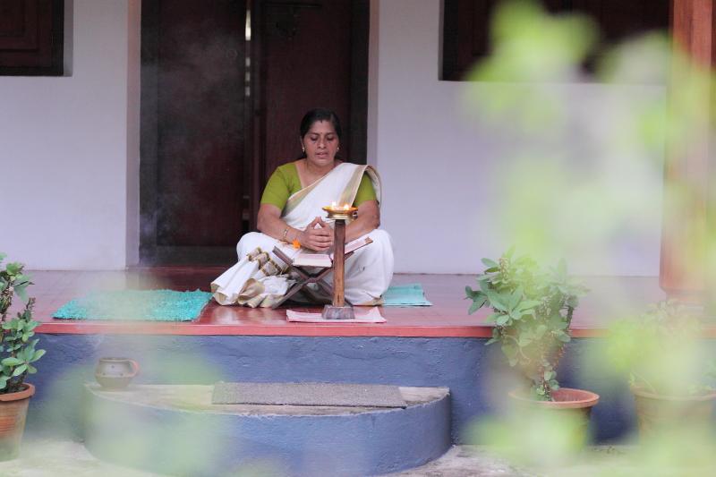 HARIVIHAR HERITAGE HOMESTEAD <br> Calicut, Kerala, India <br> - <br> Každovečerní čtení Bhagavat Gita paní Ramani.