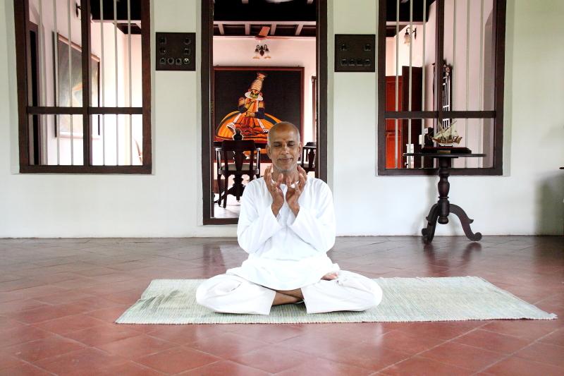 HARIVIHAR HERITAGE HOMESTEAD <br> Calicut, Kerala, India <br> - <br> Asány a mudry s Krishna Gopalom, učitelem jógy.