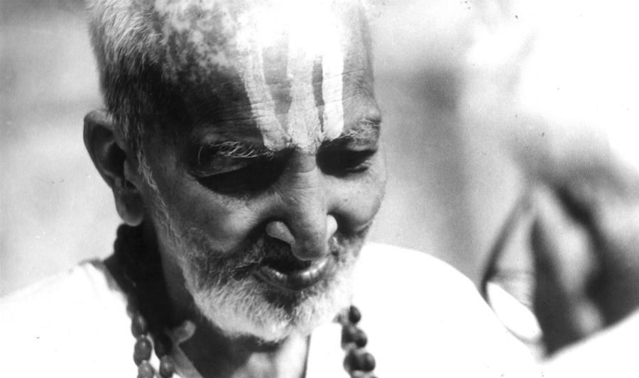 """TIRUMALAI KRISHNAMACHARYA <br> (18.11.1888 – 28.2.1989) <br> - <br>  Indický učitel jógy, ajurvédský léčitel a učenec. Často označován jako ,,otec moderní jógy"""". Krishnamacharya je všeobecně považován za jednoho z nejvlivnějších učitelů jógy 20. století a připisuje se mu oživení hathajógy."""